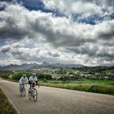 Durante la Randonnée Arzachena-Alghero abbiamo attraversato diversi paesi della #Gallura. Qui di passaggio nei pressi di #Aggius (OT), nella piana dei Grandi Sassi.   We crossed many towns in the Gallura region during the Randonnèe (long distance cycling) Arzachena-Alghero. Here we're passing through Aggius (OT) and the plains of 'Grandi Sassi'.  #sardinia #biketraveller #biketour #bicycletouring #cicloturismo #bike #Travelbike