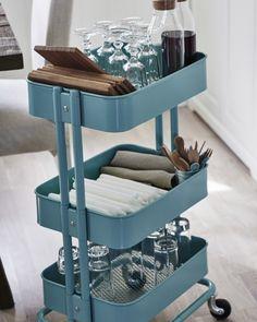 Ein praktischer Servierwagen mit Besteck, Gläsern und Tellern lässt sich wunderbar direkt an den Tisch rollen.
