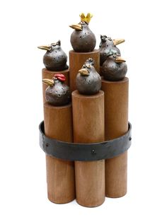 Viele Objekte zeichnen sich durch eine Kombination unterschiedlicher Materialien aus. Neben dem groben roten Ziegelton kommen auch heimische Hölzer und Eisen zum Einsatz. So vereinen sich Materialen mit ganz unterschiedlichen Eigenschaften: Die Ausdruckskraft und Beständigkeit des gebrannten Ziegeltones mit der Stabilität und der Zähigkeit des Eisens sowie der Natürlichkeit und Wärme des Holzes.