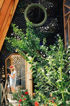Out Of The Blue: Exclusive Behind The Scenes & Earthship Video - Earthship Biotecture Earthship Design, Earthship Home, Earthship Biotecture, Luz Natural, Natural Building, Green Building, Earthy Home, Bottle Wall, Glass Bottle