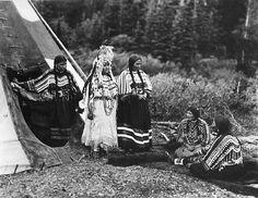 Blackfeet (Pikuni) women - 1913