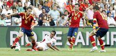 Monreal roba un balón en presencia de Ramos ante Tahití en la Copa Confederaciones 2013 #seleccionespanola #LaRoja #diariodelaroja
