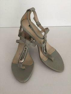 Sandália Napa Soft com detalhe - Salto 7,0 cm - Cor Azeite tamanho 40. Código: 20511618