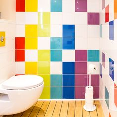 Découvrez la salle de bains de Marie-Laure à Port de Lanne avec ses carreaux Astuce colorés. #salledebains #wc #bathroom #colorfull #color #ideedeco #madecoamoi #leroymerlin