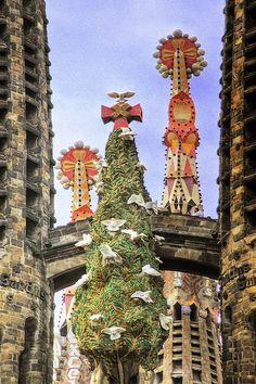 La Sagrada Familia. Antoni Gaudí. Barcelona, España. Gaudí comenzó el proyecto en 1883. El edificio está sin terminar. Se estima que se completará en 2026.