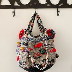 Small bag Comfortable, practical and durable. Entirely made of crochet cotton, wool and webbing enriched with decorations in resin flowers and pearls. Diy Crochet Bag, Cotton Crochet, Boho Chic, Crochet Handbags, Crochet Purses, Hippie Style, Boho Style, Diy Purse Organizer, Estilo Hippy