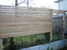 Sichtschutzmauer mit horizontalen Lärchenholzlatten in Rhombenform #wooden fence