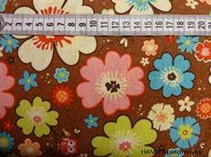 Retro Patchworkstof - blomster- er et super flot brun patchworkstof med blomster.
