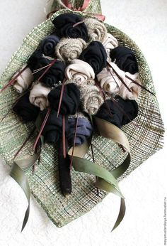 Купить или заказать Букет для мужчин из носков 'Лидер 2' в интернет-магазине на Ярмарке Мастеров. Классический букет для мужчины должен быть вытянутой конической формы, с вертикальными линиями и более сдержанной цветовой гамме. Современные тенденции в мужском букете своими корнями уходят во времена римской империи, когда необходимым атрибутом мужественности и власти являлись жезл, вымпел, факел. Данный «мужской» букет повторяет по форме эти символы и в руке мужчины смотрится гармоничн...