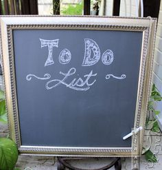 Starting a command center?  Try this upcycled chalkboard picture frame for organizing your thoughts ~ Viral Upcycle