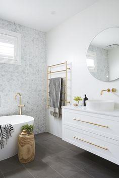 Grey Floor Tiles, Grey Flooring, Bad Inspiration, Bathroom Inspiration, Bathroom Ideas, Bathroom Organization, Bathroom Designs, Bathroom Mirrors, Bathroom Cabinets
