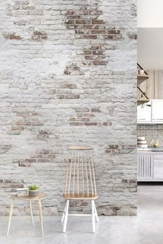 Brick wallpaper is full of possibilities. Beside brick wallpaper for a trendy loft, there is a perfect brick design for each type of interior. We'll give you the best brick-look wallpapers. Vintage Design, Rustic Design, Brick Look Wallpaper, Whitewash Brick Backsplash, Hallway Seating, Brick Interior, Interior Design, White Wash Brick, French Country Dining