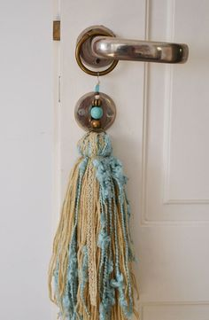 Decoration tassel, made of a mix of yarns, and ribbons. Very nice result. Diy Tassel, Tassel Jewelry, Fabric Jewelry, Tassels, Handmade Crafts, Diy And Crafts, Arts And Crafts, Beaded Garland, Diy Craft Projects