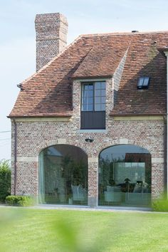 Most recent Totally Free old Farmhouse Windows Tips The present day Farmhouse look is really a major trend in design today, which finds its roots in f. Stommel Haus, Farmhouse Windows, Urban Loft, Cottage Style, Exterior Design, Future House, Building A House, Architecture Design, House Styles