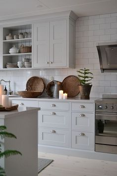 Kitchen Remodeling: Choosing Your New Kitchen Cabinets; Green Kitchen, New Kitchen, Kitchen Decor, Gold Kitchen, Kitchen White, Light Grey Kitchens, Cocinas Kitchen, Grey Kitchen Cabinets, Scandinavian Kitchen