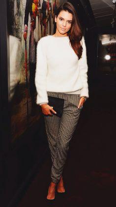 Kendall Jenner, plaid pants, white sweater, black clutch, black pumps ☑️