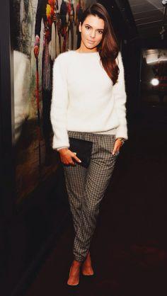 Kendall Jenner, plaid pants, white sweater, black clutch, black pumps ☑️