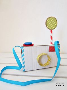 DIY cardboard camera in Ideas for kids' crafts Cardboard Camera, Cardboard Play, Cardboard Crafts, Craft Activities, Preschool Crafts, Diy Crafts For Kids, Fun Crafts, Kids Diy, Diy Niños Manualidades
