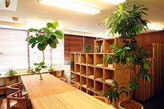 オフィスでのプランター一体型組み立て家具の一例。Furniture embedding the planter installed in an office.