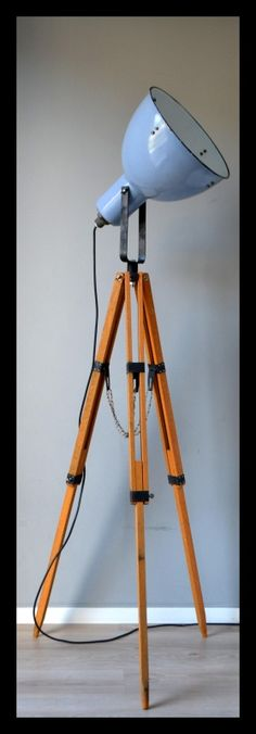 Blauwgrijze industriële statief lamp, fraaie lamp op houten statief. | Industriële lampen | rikus75