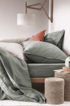Housse de couette en lin lavé couleur vert lichen. Linge de lit en lin lavé disponible dans une palette de couleurs chics et intemporelles.