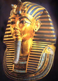 <투탕카멘의 황금마스크> --- 9살에 왕이 된 어린 파라오 투탕카멘의 황금마스크에는 삼강 장식의 줄무늬 두건이 씌워져 있는데, 이는 이집트 전역에 칠보 세공이 널리 퍼져있음을 보여주는 대표적 사례이다. 미리 잘라 놓은 다양한 색체의 유리와 준보석이 박혀있는데 하늘색 유리는 터키석, 감청색은 라피스 라줄리, 적색은 홍옥수이다. 머리의 줄무늬는 하늘, 가슴 쪽 화려한 줄무늬도 태양빛이 반짝거리는 모습을 표현하였다.