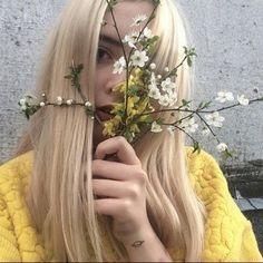 Imagem de flowers, yellow, and girl