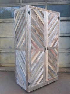 The Chevron Merry-Maker Hutch Wine Fridge Cabinet Bar Reclaimed Wood Barn Pallet Pallet Crafts, Pallet Art, Diy Pallet Projects, Woodworking Projects, Pallet Wood, Pallet Ideas, Pallet Benches, Outdoor Pallet, Pallet Hutch