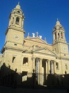 Catedral de Santa María la Real en el casco antiguo San Francisco Ferry, Notre Dame, Building, Travel, Santa Maria, Waterfalls, Cities, Viajes, Buildings