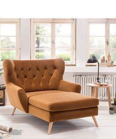 Kopf zurücklehnen, Arme fallen lassen und Füße hochlegen: Der Big Sessel Voss von Exxpo beschert Auszeiten zum Krafttanken und Entspannen. Der Microfaser-Bezug Manhattan 4-gold harmoniert mit den hellen Holzfüßen. Die Rautensteppung und die nach außen zeigenden Beine sorgen für skandinavisches Flair bei dem eleganten Ohrensessel. Public Seating, Office Seating, Scatter Cushions, Toss Pillows, Wingback Chair, Armchair, Cushion Filling, Retro Chic, Indoor Air Quality