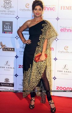 Actress-turned-entrepreneur Shilpa Shetty Kundra dropped down at the event, dressed in an asymmetric one-shoulder tunic by Nikhil Thampi. She finished her look with complementing accessories - a bronze clutch and orange earrings.