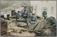Mannen in Urker streekdracht aan het netten boeten aan boord van een schip. 1905-1972 #Urk