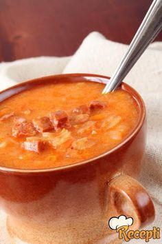 Recept za pripremanje kiselog kupusa sa suvim mesom. Za pripremanje kiselog kupusa neophodno je pripremiti kiseli kupus, svinjsko meso, svinjska rebra, slaninu, crni luka, ulje, biber, lorber, paprike,alevu papriku i so.