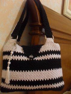 Bolsa de barbante em crochê,nas cores preto e branco, acompanha um lindo pingente, possui bolsinho para celular interno.Pode ser feita na cor que preferir. ( ver disponibilidade de pingente )