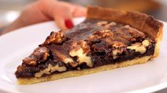 Μια εύκολη συνταγή για ένα υπέροχο σοκολατένιο γλύκισμα που σίγουρα θα αγαπήσετε. Υπέροχη τάρτα με σπιτική τραγανή ζύμη, με γέμιση σοκολάτας και καρυδιών.