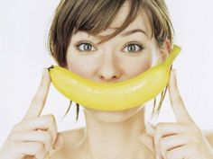 Whiten Teeth with banana peel! Rub the inside of a banana peel all over your teeth for 2 minutes, then let sit for about 5 minutes, then brush and rinse as normal. Foods To Fight Depression, Banana Peel Uses, Healthy Skin, Healthy Eating, Keeping Healthy, Healthy Fruits, Happy Healthy, Abdominal Fat, Teeth Whitening