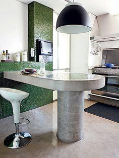 A preocupação com a sustentabilidade era prioridade na reforma do arquiteto Fabio Galeazzo. No piso e na bancada arredondada da cozinha, ele aplicou o cimento queimado em tom natural. A cor cinza ficou interessante com o verde das pastilhas