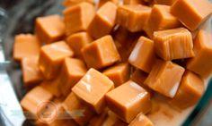 Caramelos de Leche, Receta Caramelos de Leche Candy Recipes, Mexican Food Recipes, Sweet Recipes, Dessert Recipes, Chocolates, Venezuelan Food, Chilean Recipes, Bread Machine Recipes, Chocolate Caramels
