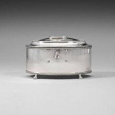 420. SOCKERSKRIN, av Arvid Floberg, Stockholm 1795. Gustavianskt. Ovalt, med raka sidor, på fyra tassfötter, slätt med pärlstav och nyckelhål. Undertill minnesgravyr och lodangivelse 49. Längd 17,5 cm, vikt 660 gram.