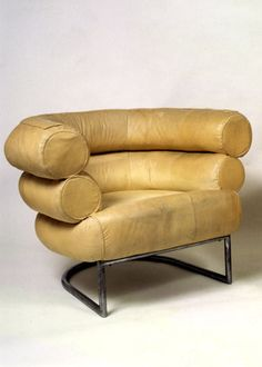 As the work of irish artist, furniture designer and architect Eileen Gray continues to command staggering prices at auction – her dragon's armchair holds the record price for century… Eileen Gray, Art Deco Furniture, Vintage Furniture, Modern Furniture, Furniture Design, Art Deco Chair, Danish Furniture, Plywood Furniture, Muebles Art Deco