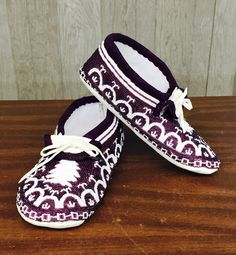 Fully beaded moccasins made by Dyan Swamp from Akwesasne Mohawk Nation. Native American Dress, Native American Moccasins, American Indian Art, Native American Fashion, American Clothing, Native Beadwork, Native American Beadwork, Native American Indians, Native Americans