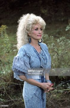 Dolly Parton in News Photo Dolly Parton Wigs, Dolly Patron, Dolly Parton Quotes, Dolly Parton Pictures, Tennessee, Country Female Singers, Country Women, 80s Fashion, Denim Fashion
