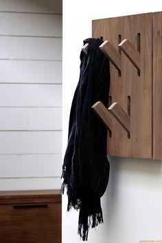 Utilitle-H   Appendiabiti da parete con ganci a scomparsa, in legno di noce Canaletto