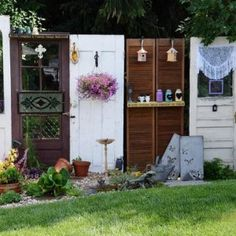 Using recycled doors as garden backgrounds Here at Flea Market Gardening, we're always looking for nice 'backgrounds' to feature our plants, flowers and containers. Tina Palmer ca…