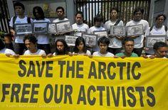 นักกิจกรรมกับการรณรงค์อย่างสันติไม่ใช่อาชญากร! #SaveTheArctic ผู้คนทั่วโลกกว่า 500,000 คนแล้ว ที่ร่วมส่งอีเมลถึงสถานทูตรัสเซียเพื่อกดดันให้ปล่อยตัวนักกิจกรรมกรีนพีซ ลูกเรืออาร์กติกซันไรส์ ทั้ง 30 คนให้เป็นอิสระ #FreeTheArctic30   อ่านเพิ่มและร่วมลงมือกับเราที่ >> www.greenpeace.org/freeouractivists