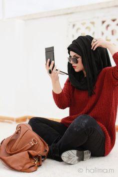 un pantalon noir + un tricot rouge + un sac marron  des bonnes couleurs et ça marche sur tous