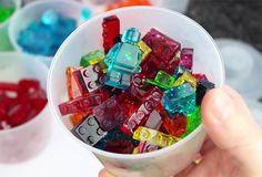 Si vous êtes fan de LEGO jusqu'à vouloir les manger, c'est désormais possible grâce au très célèbre youtubeur Grant Thompson, alias King of Random.  Il vous suffit de vous procurer des moules en silicone LEGO achetés en magasin qui servent à la base pour faire des glaçons, les remplir d'un mélange d'eau, de sirop de maïs, de colorant alimentaire et de gélatine.