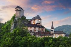 Orava Castle is situated on a high rock above Orava river in the village of Oravský Podzámok, Slovakia. It is considered to be one of the most beautiful castles in Slovakia. Bratislava, Beautiful Castles, Beautiful Buildings, Beautiful Places, Amazing Places, Lichtenstein Castle, Castle Parts, Castle Pictures, Famous Castles
