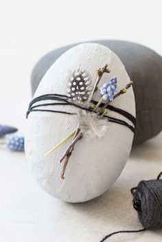 DIY concrete easter eggs. Make your own easter decorations from concrete paint