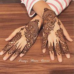 back hands mehedi design Henna Designs Back, Pretty Henna Designs, Peacock Mehndi Designs, Indian Henna Designs, Simple Arabic Mehndi Designs, Bridal Henna Designs, Mehndi Designs For Girls, Mehndi Designs For Fingers, Mehndi Design Images